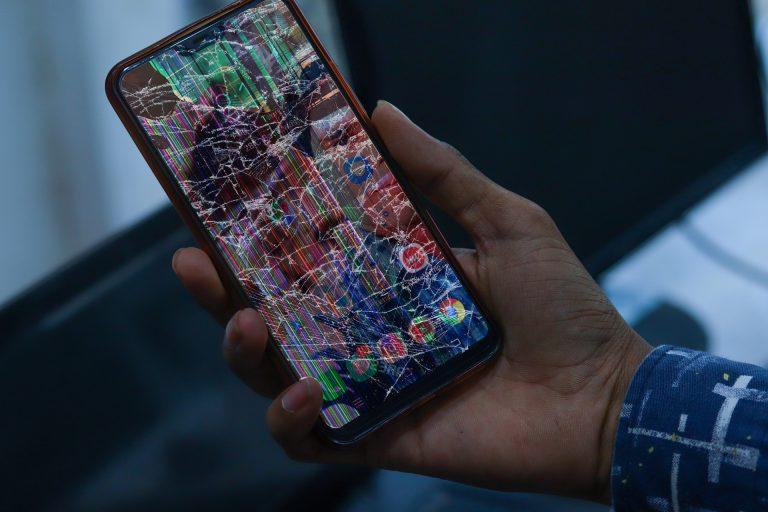 Pęknięty ekran smartfona zwykle uniemożliwia korzystanie z urządzenia